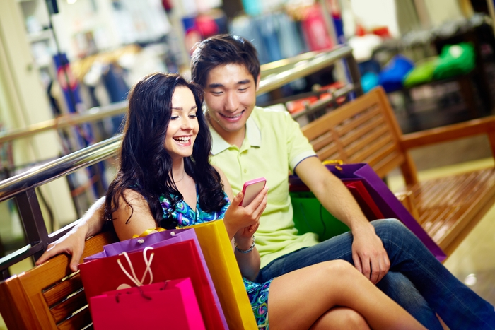 homme-femme-shopping-partage