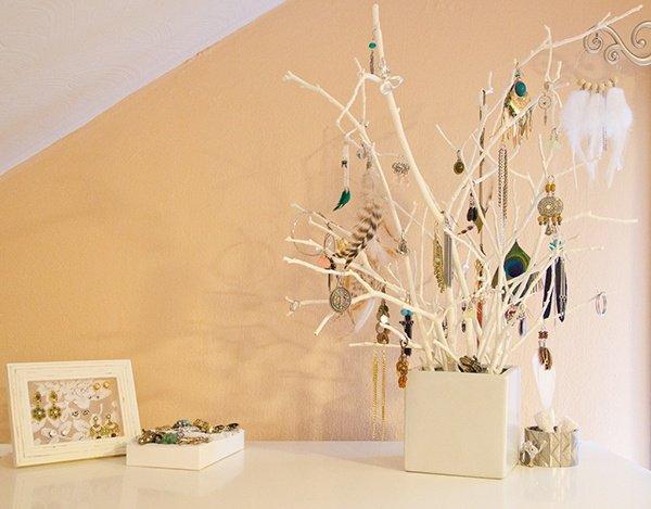 branches-peintes-couleur-blanche-accrocher-bijoux