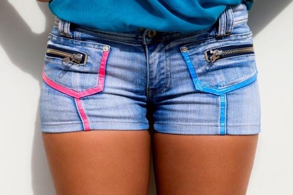 Short-swag-taille-haute-en-jean-bleu-clair-orné-de-motifs-néon-fluo-bleu-jaune-et-rose-avec-mini-poches-zippées