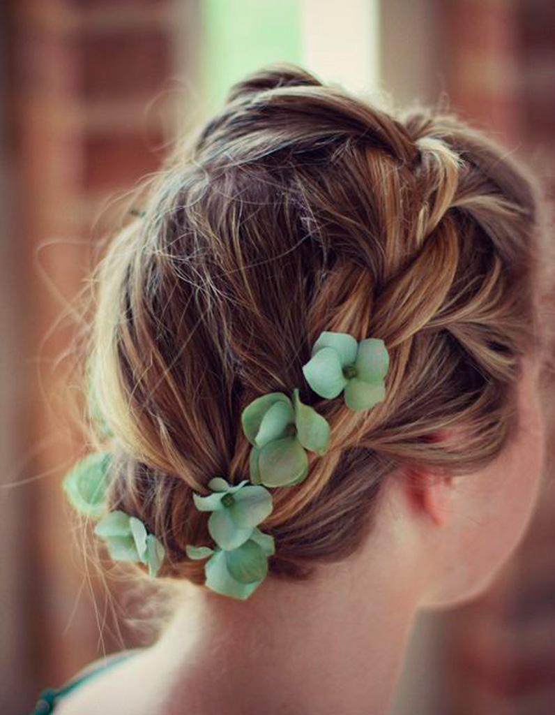 Coiffure-tressee-et-fleurs