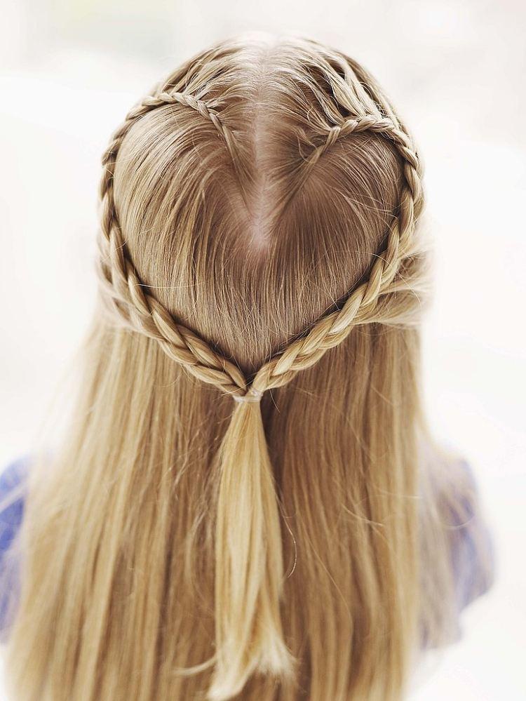 coiffure-deux-tresses-forme-coeur-raie-cheuveux-lisses