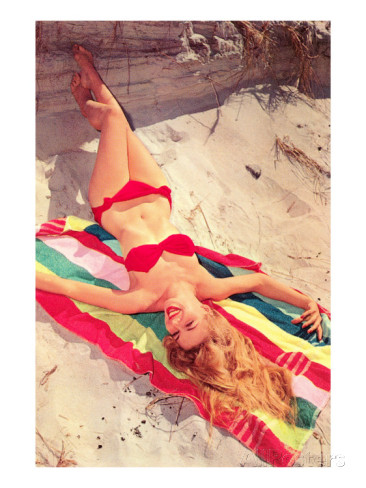 femme-en-bikini-sur-une-serviette-de-plage