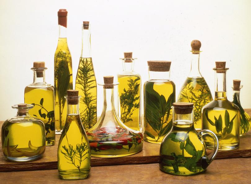 bodegón de aceites con hierbas