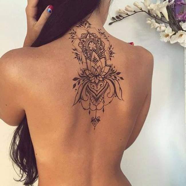 idee-tatouage-fleur-de-lotus-noir-et-gris-femme-dos-1452622029