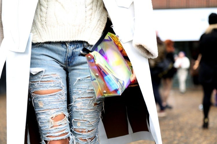 jean-troué-femme-chandail-blanc-veste-sac-main