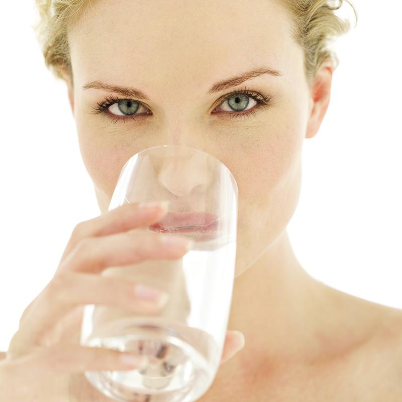 jeune-femme-en-train-de-boire-de-l-eau-10918982dmcik