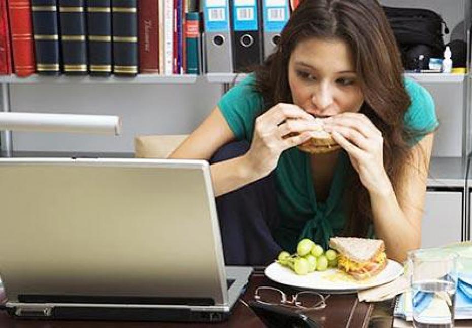 manger-devant-un-ecran-pour-faire-plusieurs (1)