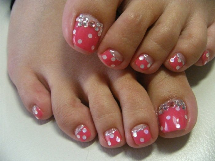 nail-art-facile-pieds-base-rose-pois-blancs-strass