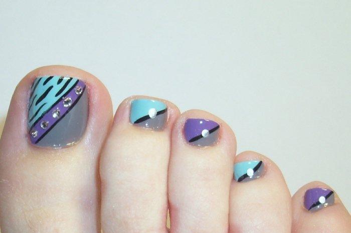 nail-art-facile-pieds-bleu-ciel-lilas-gris-strass