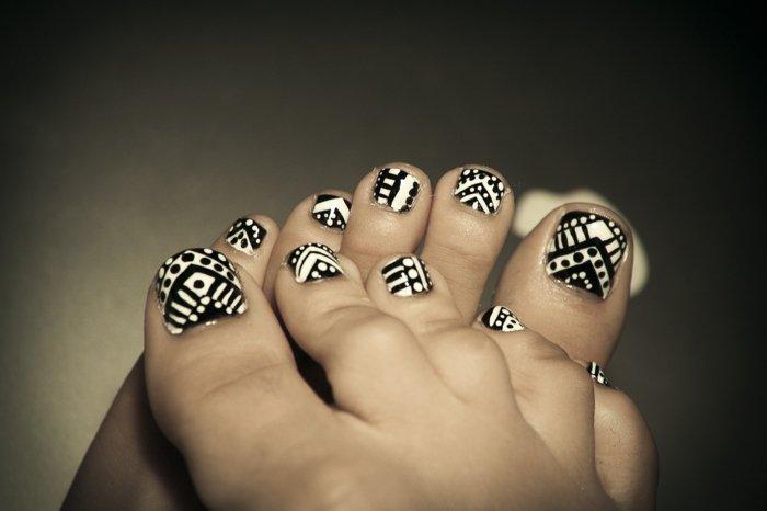 nail-art-facile-pieds-motifs-géométriques-noir-blanc