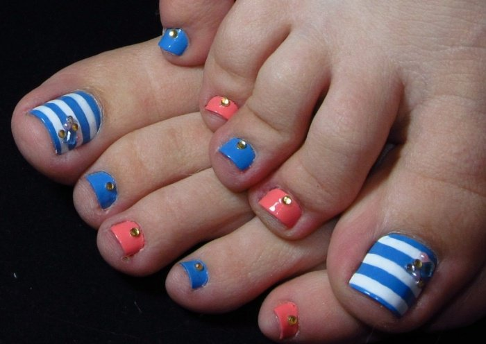 nail-art-facile-pieds-rayure-blanc-bleu-orange-strass