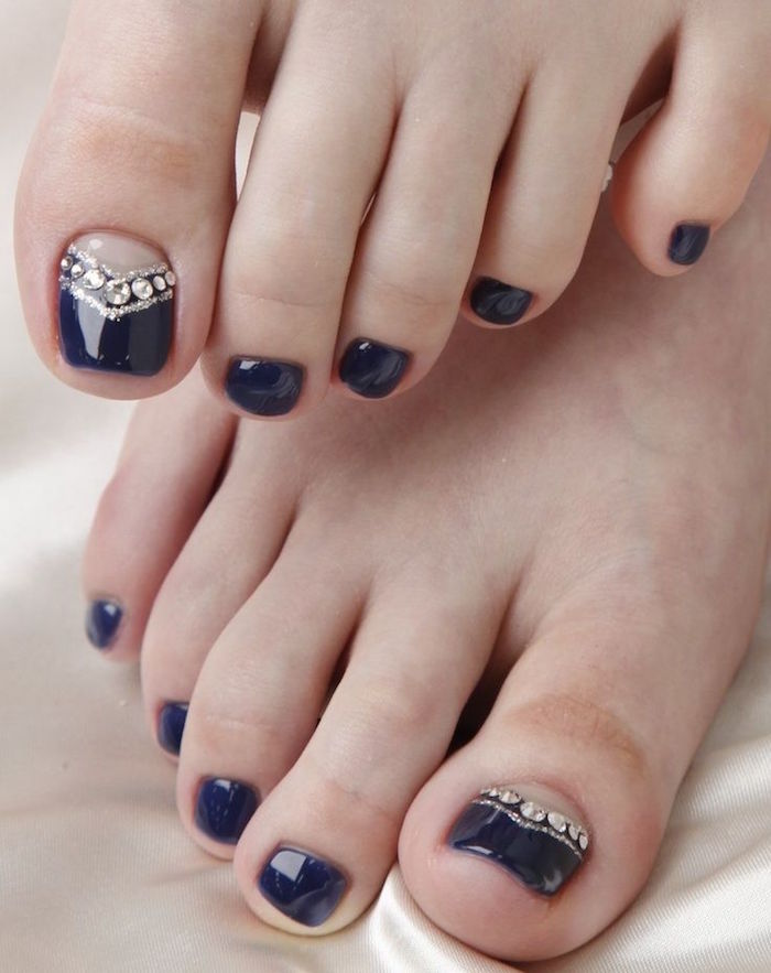 nail-art-facile-pieds-vernis-noir-base-nude-strass