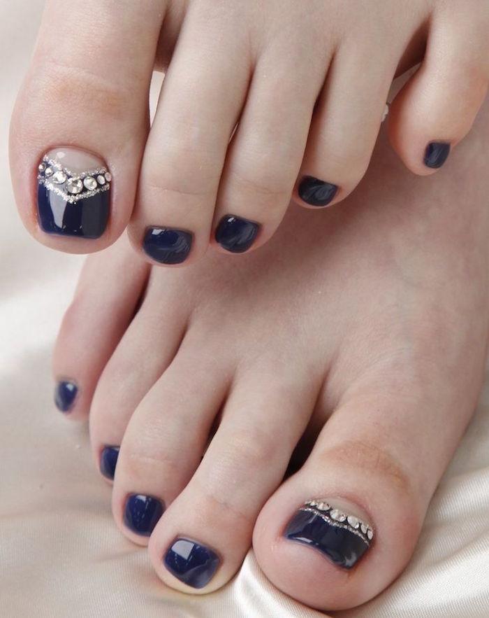 nail-art-facile-pieds-vernis-noir-base-nude-strass