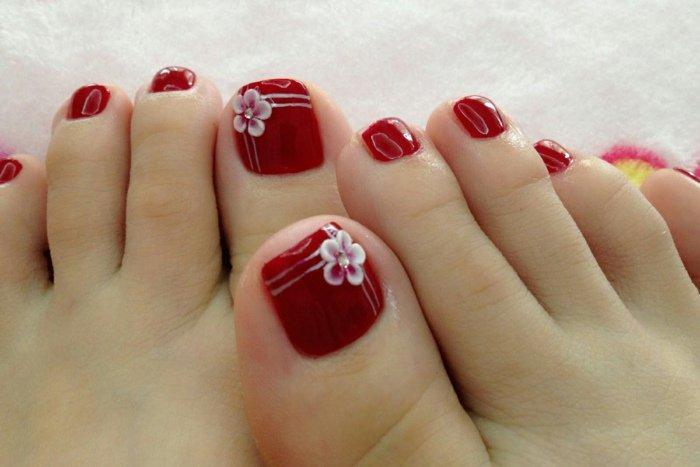 nail-art-facile-pieds-vernis-rouge-brillant-fleurs-blanches