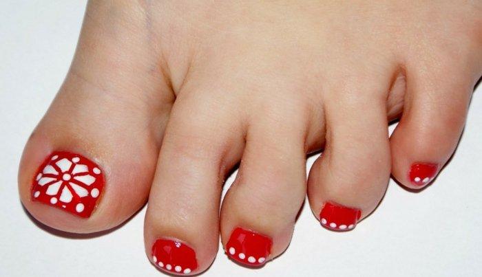 nail-art-facile-pieds-vernis-rouge-fleur-pois-blancs