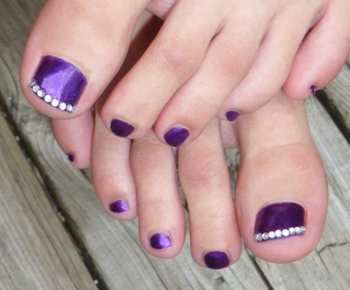 nail-art-facile-pieds-vernis-violet-strass