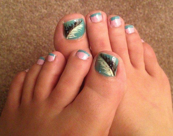 nail-art-facile-pieds-vert-rose-pastel-plumes-paon
