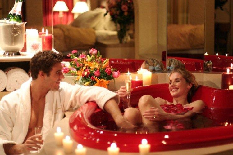 soirée-romantique-St-Valentin-bougies-fleurs-pétales-champagne