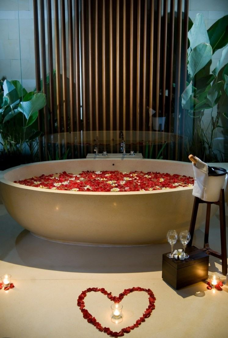 soirée-romantique-St-Valentin-pétales-rose-coeur-baignoire-e1422439535603