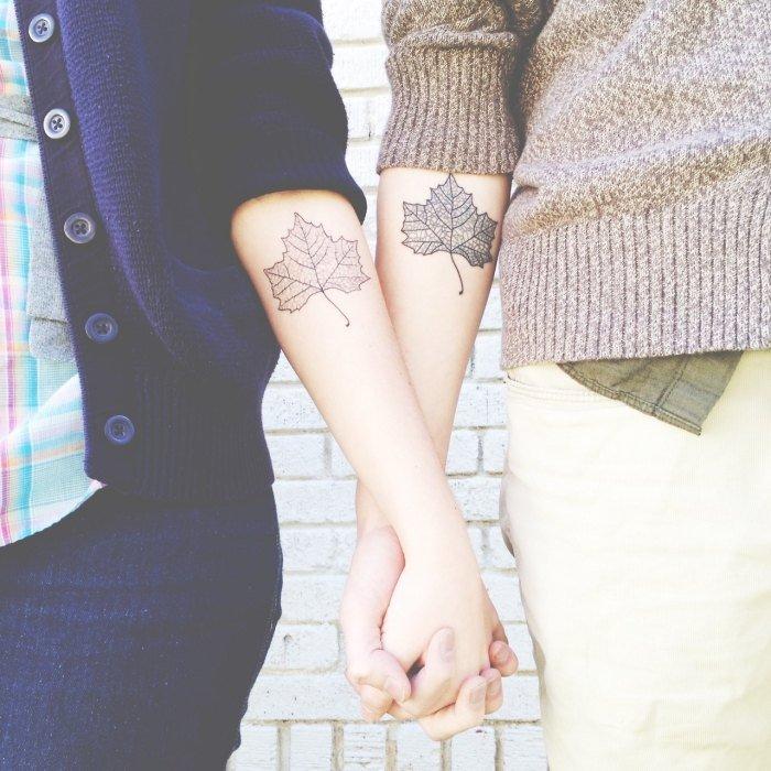 tatouage-couple-idee-originale-feuille-arbre-avant-bras