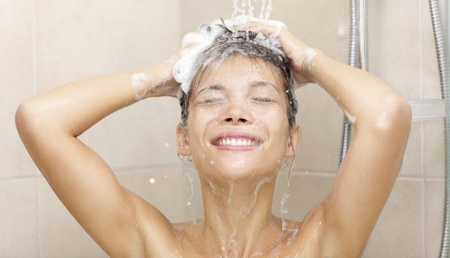 laver les cheveux à l'eau froide
