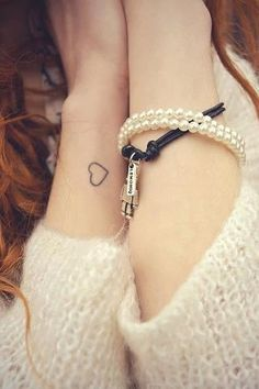 les 10 plus beaux tatouages bracelets. Black Bedroom Furniture Sets. Home Design Ideas