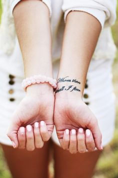 photo-tattoo-feminin-poignet-phrase-sur-2-lignes