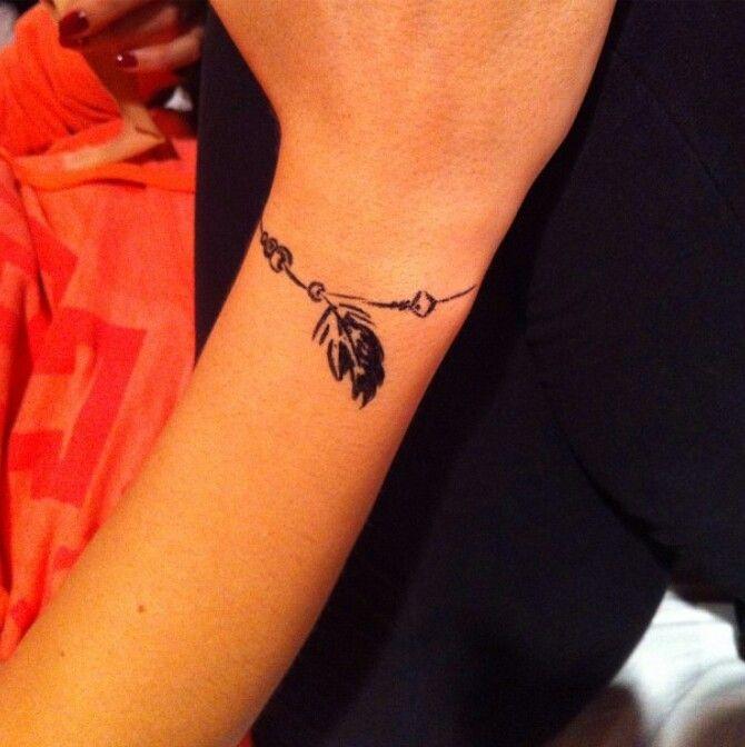 tatouage-feminin-bracelet-plume-pendentif